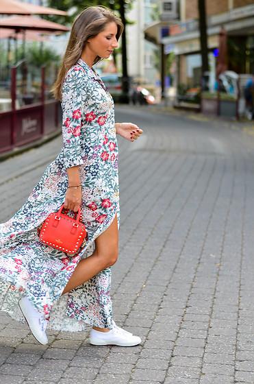 4988902_street-style-zara-maxi-dress-sneakers-rote-tasche-kombinieren_(4_von_27)